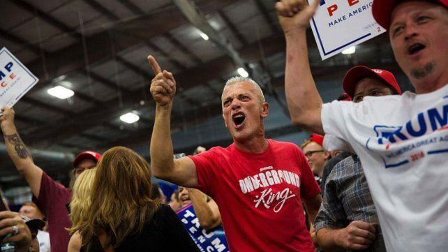 A los gritos. Republicanos discuten acaloradamente con partidarios de la candidata demócrata.