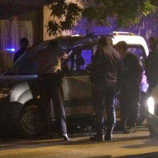 La escena. La Renault Kangoo de Vázquez atacada, frente a su casa céntrica.
