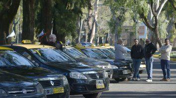 Preocupados. Los taxistas padecen la competencia desleal en medio de la caída de la actividad del sector.