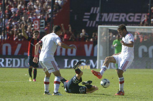 Recupera. Quignon se la roba a De Ciancio y de ahí llegará el pase para el gol de Formica.