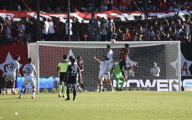 Uno contra tres. Paulo Díaz se eleva perfecto y le gana en el salto a Mateo