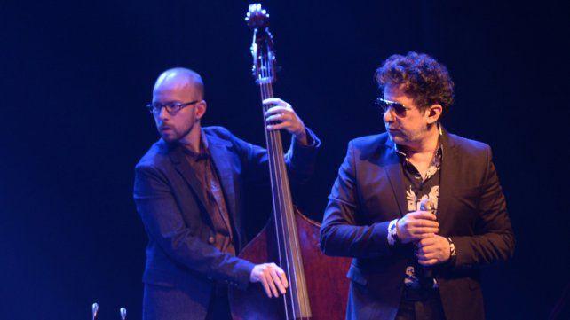 Calamaro desnudó canciones y las vistió con saco y galera anoche en el Broadway