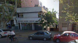 Un muchacho se desplomó a tierra desde la terraza de una casa y cayó en un patio vecino.