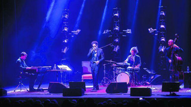 Con la banda a pleno. Andrés Calamaro interpretó en Rosario desde Gardel y Nebbia a Yupanqui y Piazzolla junto a su trío de piano
