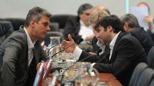 Puja. El legislador santafesino Grandinetti y su par Bossio debatían ayer pocas horas antes de lograr el dictamen.