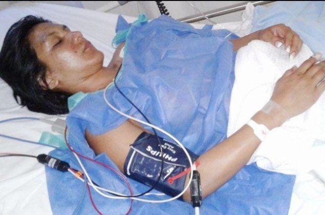 Una modelo fue acuchillada por su novio que la llevó al hospital y luego se fugó