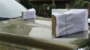 El intimidante mensaje fue colocado prolijamente sobre el capot del vehículo.