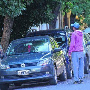 En Arroyito. Al momento de estacionar, se acercaban cuidacoches a ofrecer sus tareas.