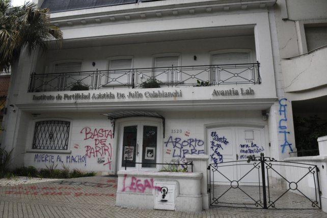 Contradictorio. Las pintadas fueron tan confusas que bregaron por el aborto en un instituto de fertilidad.