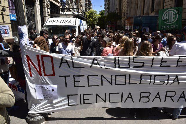 En la calle. La semana pasada los científicos rosarinos se habían movilizado por el centro de la ciudad para reclamar ante una eventual poda de fondos.