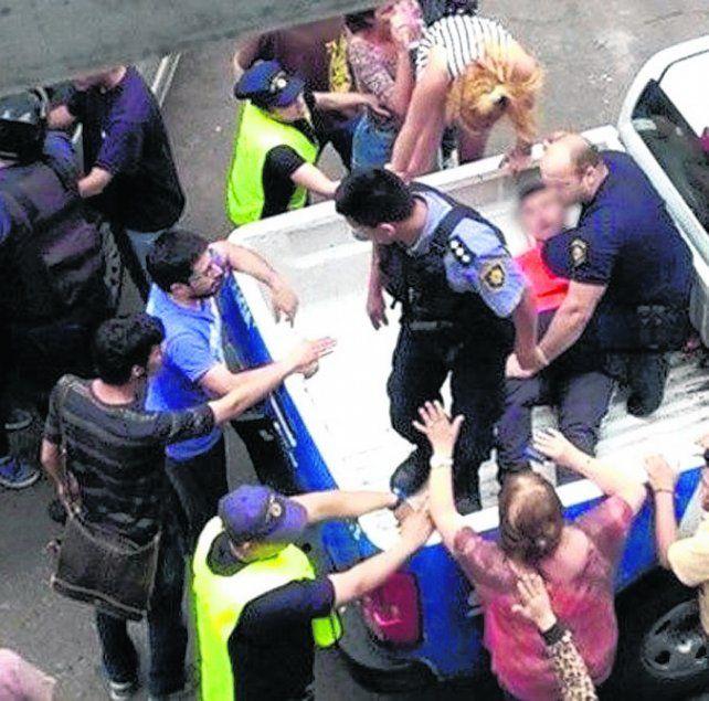 El momento. Funcionarios del área captaron el arresto de los jóvenes.
