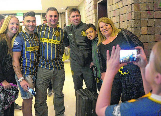La foto con el ídolo. Una familia centralista esperó la llegada del plantel y enseguida se retrató con el entrenador Eduardo Coudet.