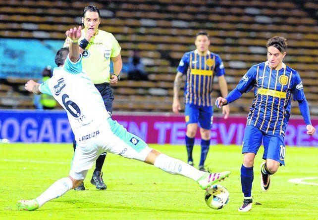 El maleficio de la cancha. Cervi intenta ante un jugador de Belgrano en un partido de 2016. Córdoba no le sienta bien a Central.