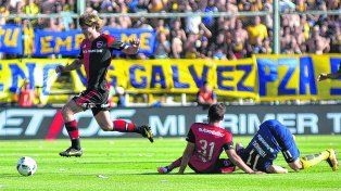 Dueños del medio. Diego Mateo se la lleva mientras Facundo Quignon observa desde el piso junto a José Luis Fernández. Los mediocampistas centrales se complementan para la recuperación en el equipo de Osella.