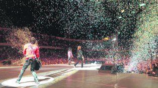 Los Guns a pleno en el gigante. Richard Fortus, Duff McKagan y Slash derraman energía en medio de la lluvia de papelitos ante un estadio colmado que vivó todos los clásicos de la banda.