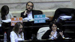 Críticos. Diputados de izquierda anticipaban con pancartas su voto negativo.