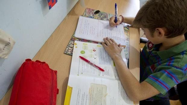 Agobiados. Los alumnos españoles tienen más de 6 horas semanales de tareas.