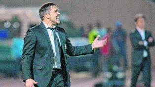 Chacho de pie. El entrenador canalla Eduardo Coudet encontró respaldo en Córdoba.