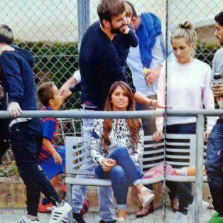 Antonella Roccuzzo, Lionel Messi, Shakira, Gerard Piqué,Sofía Balbi y Luis Suárez en la tribuna del Barsa.