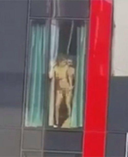 Una pareja se dejó llevar por la pasión en una ventana y no advirtió que la estaban filmando