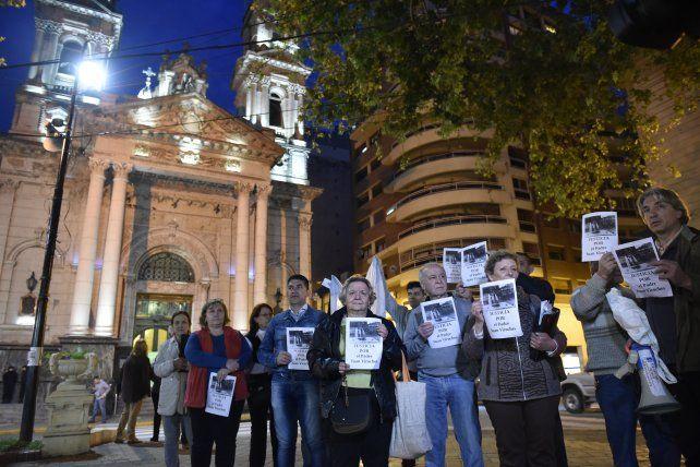 Una de las tantas manifestaciones frente a la catedral por la muerte del sacerdote tucumano Juan Viroche