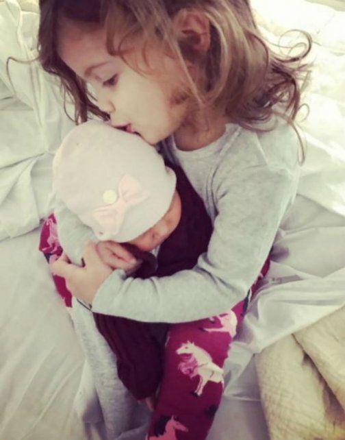 Francesca abraza a su hermana