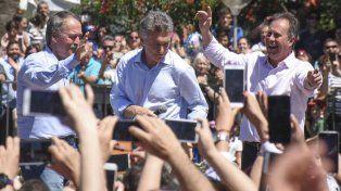 El Presidente Mauricio Macri saluda a la gente junto al gobernador de Córdoba Juan Schiaretti y al intendente de Hernando