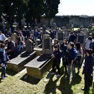 Durante la visita al cementerio israelita de Granadero Baigorria los chicos recorrieron las tumbas de proxenetas, madamas y pupilas de la organización que operó en el país hasta 1930.