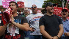 A votar. Partidarios del candidato republicano esperan el acto de campaña de su líder en la ciudad de Miami.