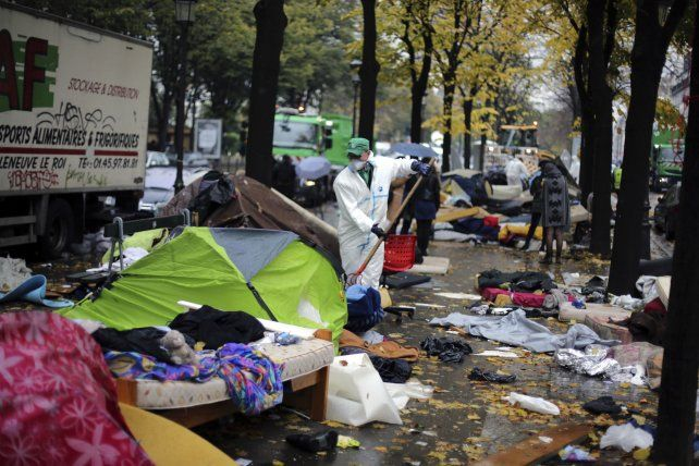 Hacinamiento. Carpas de campaña y colchones comienzan a ser retirados de una vereda del noroeste parisino.