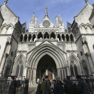 Sorpresa. La alta corte de Justicia de Londres asestó un duro golpe al Ejecutivo conservador de Theresa May.