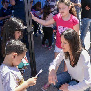 Con los más chicos. La ministra de Desarrollo Social de la Nación, Carolina Stanley, ayer, en barrio Ludueña.