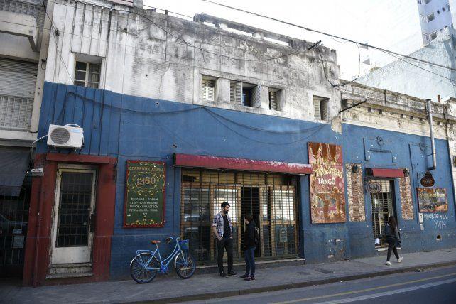 Bar cultural. El local de Corrientes al 1300 retomó su actividad pero con mucho menos público asistente.
