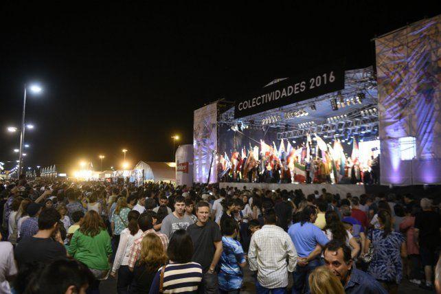 Miles de personas llegaron a partir de las 20 y traspasaron largamente el horario de la medianoche.