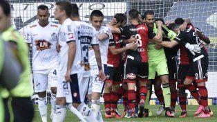Newells festeja el triunfo como visitante ante Quilmes con gol de Nacho Scocco.