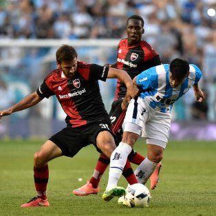 Quignon lucha por la pelota con Bou ante la atenta mirada de Advíncula.