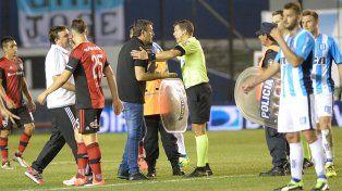 El reclamo de Osella al árbitro Delfino una vez terminado el partido en Avellaneda.