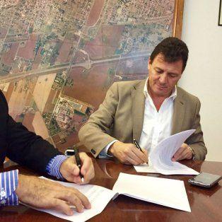 Convenio. El titular de Aguas Santafesinas y el intendente Raimundo.