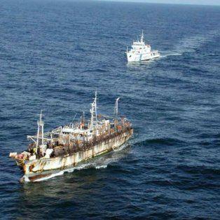In fraganti. Uno de los pesqueros ilegales chinos capturado por Prefectura.