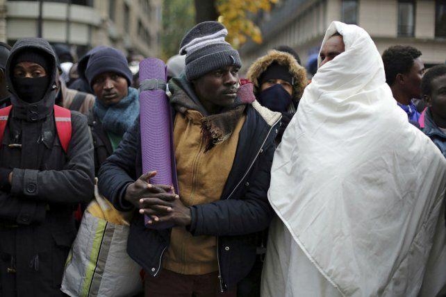 Odisea. Migrantes son trasladados a un refugio transitorio en Francia.