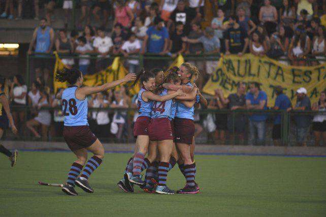 El segundo. Las chicas de Plaza se funden en el festejo tras el gol de Delfina Soljan.