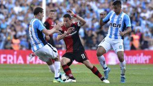 En la lucha. Maxi Rodríguez pelea entre dos jugadores académicos.