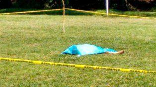 Un jugador recibió la roja, enloqueció y mató al árbitro de un cabezazo antes de darse a la fuga