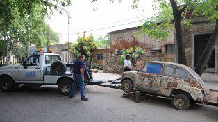 Al corralón. El municipio viene retirando de la vía pública autos abandonados.