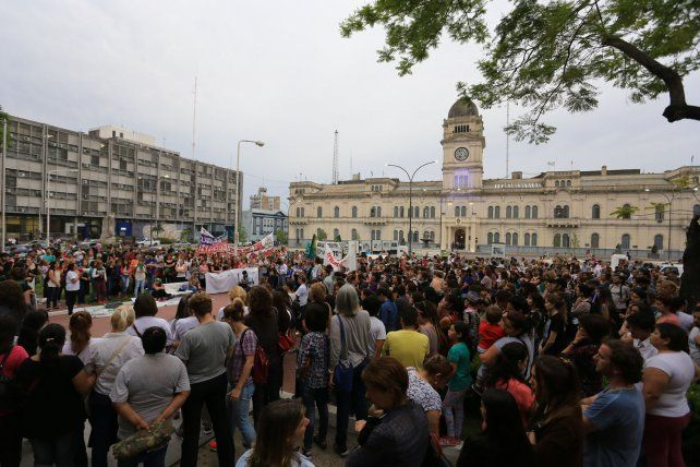 Multitudinaria.La ciudadanía de Paraná se autoconvocó ayer frente a la casa de Gobierno para repudiar y reclamar castigo por los cruentos femicidios concretados en la capital entrerriana así como en la ciudad de Concepción del Uruguay