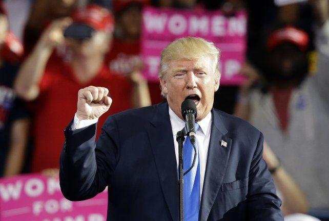 Estilo. Trump de campaña ayer en Raleigh