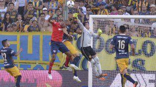 Firme. Sosa se eleva y rechaza la pelota con seguridad en una acción ofensiva roja. El arquero uruguayo fue la figura.