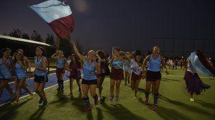 La vuelta. Dirce Yuli (con la bandera) encabeza uno de los festejos que parecían no terminar nunca en el Mundialista.