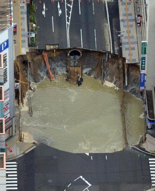Un enorme hundimiento cortó el tráfico en una avenida de Fukuoka (Japón) (AP)