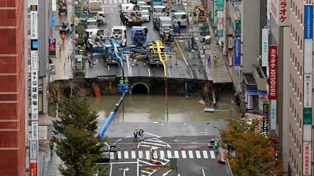 Un espectacular socavón provoca el caos en una ciudad japonesa
